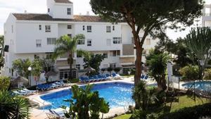 Vista de la piscina donde el día de Nochebuena un hombre de nacionalidad britanica y dos de sus hijos menores de edad fallecieron ahogados en la urbanizacion Club La Costa de Mijas (Malaga)