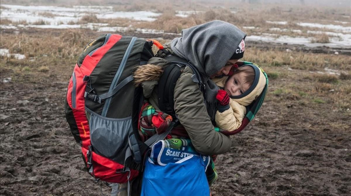 Una mujer y un niño en Miratovac, en la frontera entre Macedonia y Serbia, en enero de 2016, un momento crítico en la llegada a Europa de demandantes de asilo Sirio.