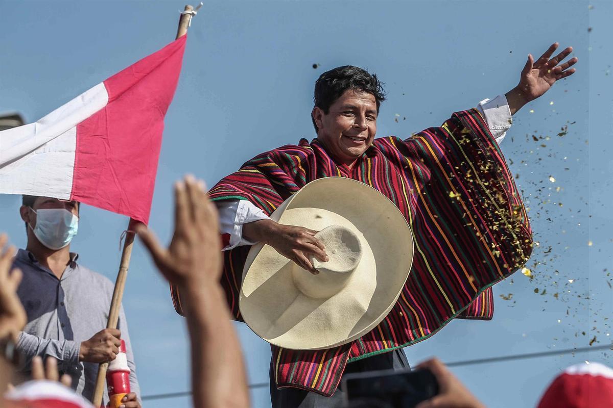 Pedro Castillo asume la presidencia de Perú en medio de fuertes expectativas