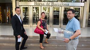 Tres empleados de la banca debaten sobre la situación política actual y las elecciones del 27 de septiembre.