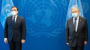 El ministro de Exteriores, José Manuel Albares, expresa al secretario general de la ONU, António Guterres, expresa el apoyo de España a sus esfuerzos por el multilateralismo, este 20 de septiembre de 2021 en Nueva York, con motivo del 76º periodo ordinario de sesiones de la Asamblea General de Naciones Unidas.