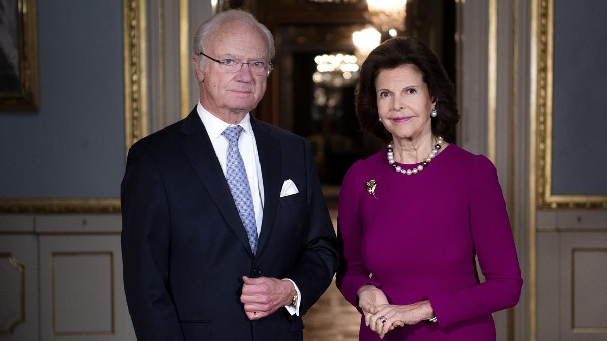 Los reyes de Suecia, Carlos Gustavo y Silvia, posan en el palacio real de Estocolmo.