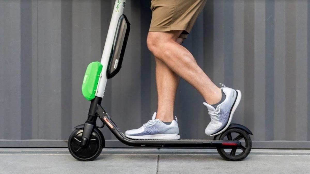 Un hombre circula en un patinete eléctrico.