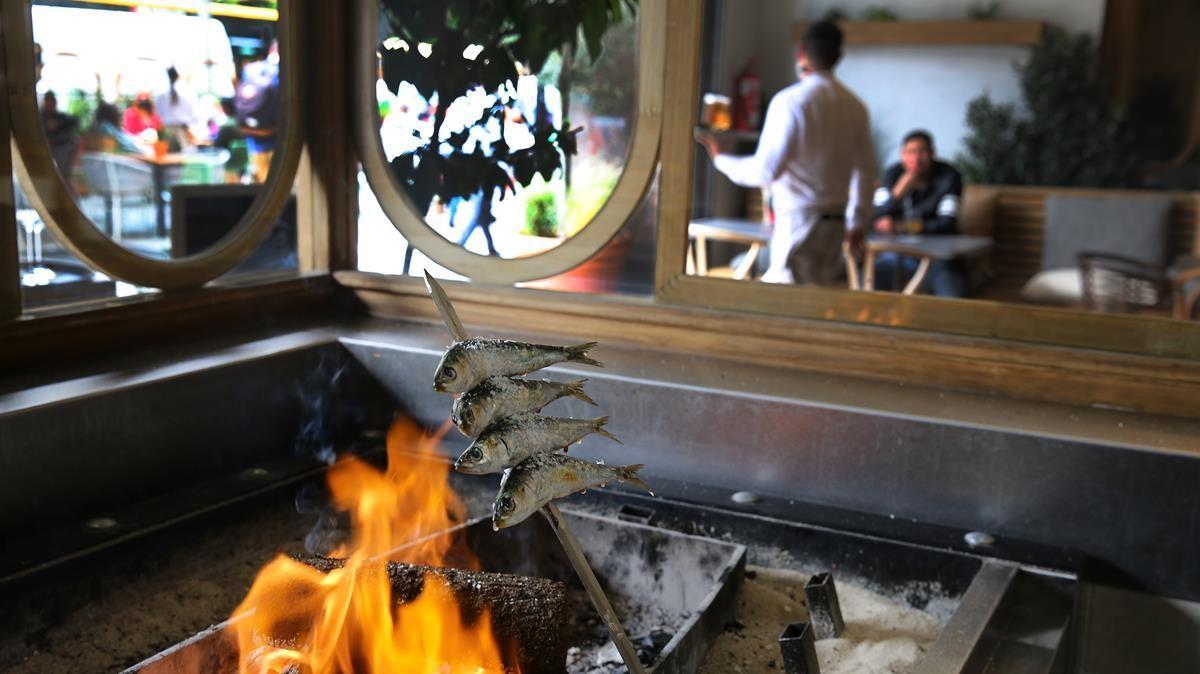 Elaboración de un espeto de sardinas en el restaurante Belbo Candela, abierto recientemente en la Rambla de Catalunya, y que funcionará todas las noches de la semana a partir de este lunes.