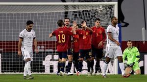 Los jugadores españoles celebran el cuarto tantodel equipo en la goleada ante Alemania.