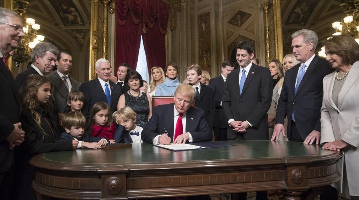 Trump firma sus primeros decretos.