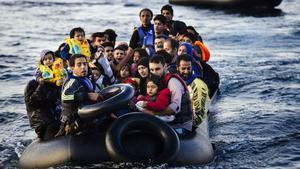 Un grupo de refugiados llegan a la isla de Lesbos en Grecia en octubre del 2015.