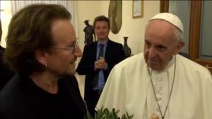 El músico y el pontífice se han fundido en un abrazo.