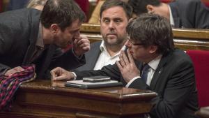 Carles Puigdemont, Oriol Junqueras y Toni Comín, en el Parlament, en una imagen de archivo.