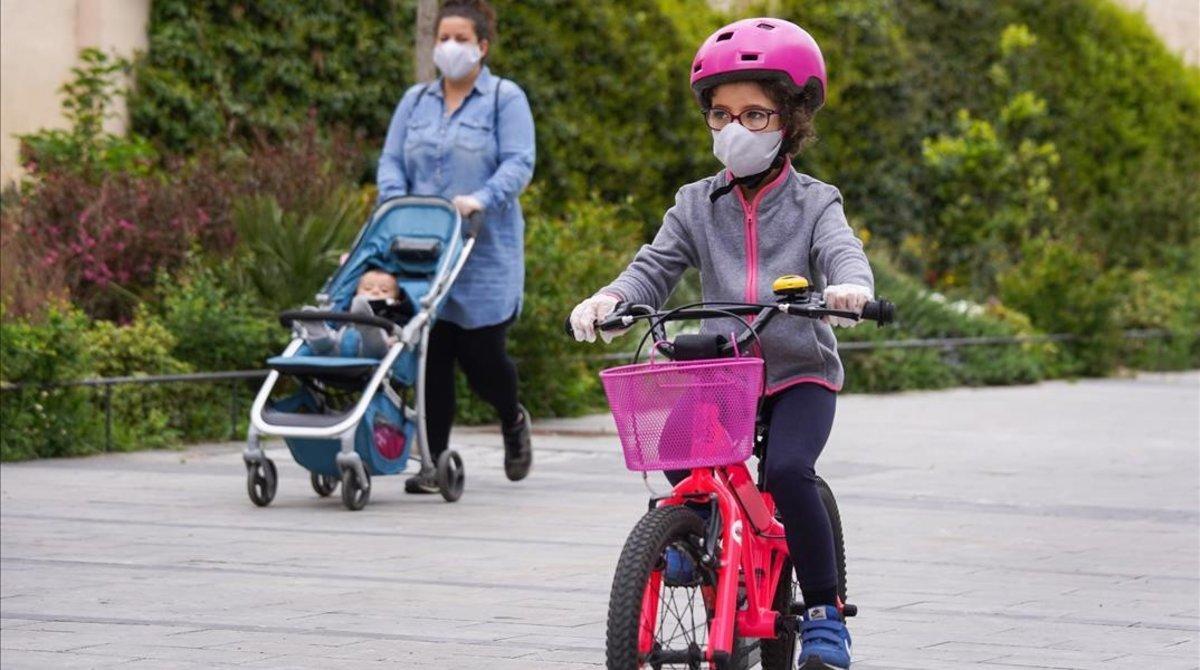 Una madre pasea con su hija en la franja horaria impuesta hasta ahora para salir.