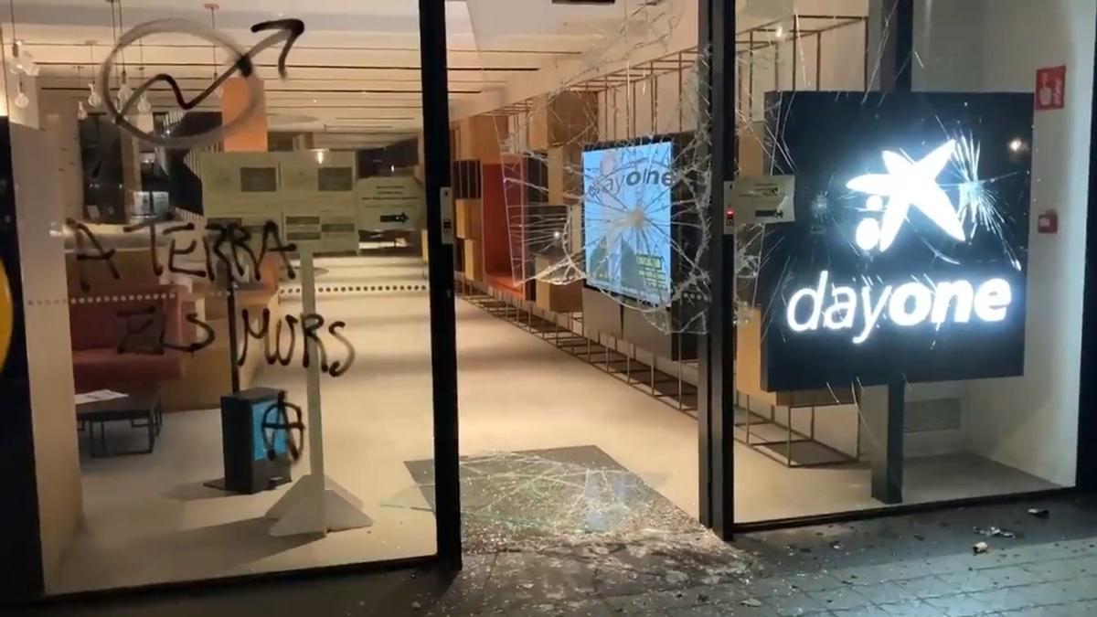 Destrozos en la sede de Caixabank de la Diagonal de Barcelona por la manifestación tras la detención de Hasél, este martes