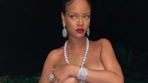 Rihanna posa ligera de ropa con una prenda de su marca de lencería Savage x Fenty.