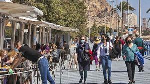 El Paseo de Gómiz, en la playa del Postiguet de Alicante, cita de turistas madrileños.