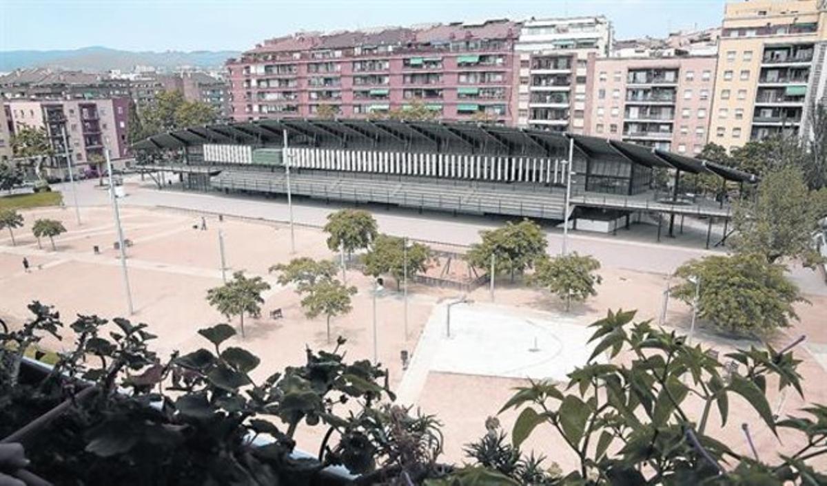 Edificio del antiguo Canòdrom Meridiana y las viejas pistas convertidas ahora en plaza. Alrededor se construirán una decena de equipamientos negociados entre los vecinos y el Distrito.