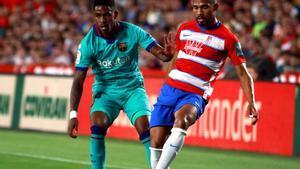 El venezolano del Granada Yangel Herrera (d) durante un partido contra el Barça.