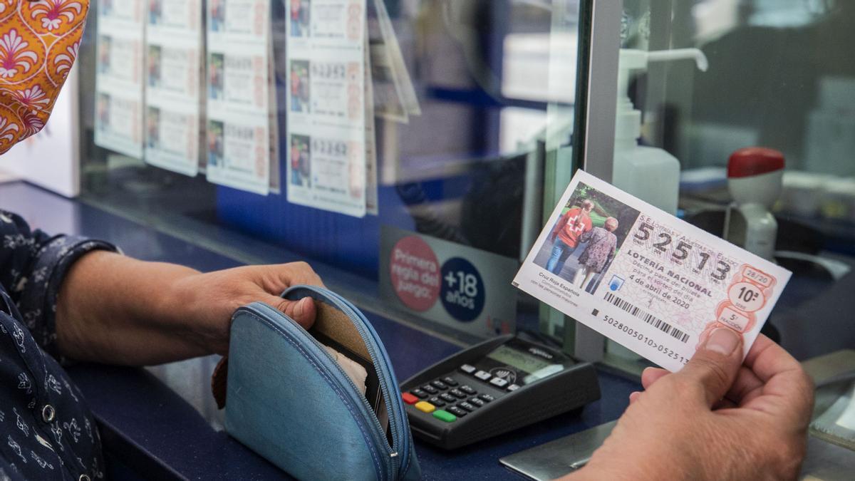 Señora comprando un décimo de lotería