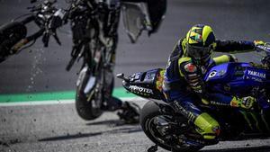 Valentino Rossi esquiva, de casualidad, casi sin saberlo, la moto de Zarco, que cruza la pista sin control.