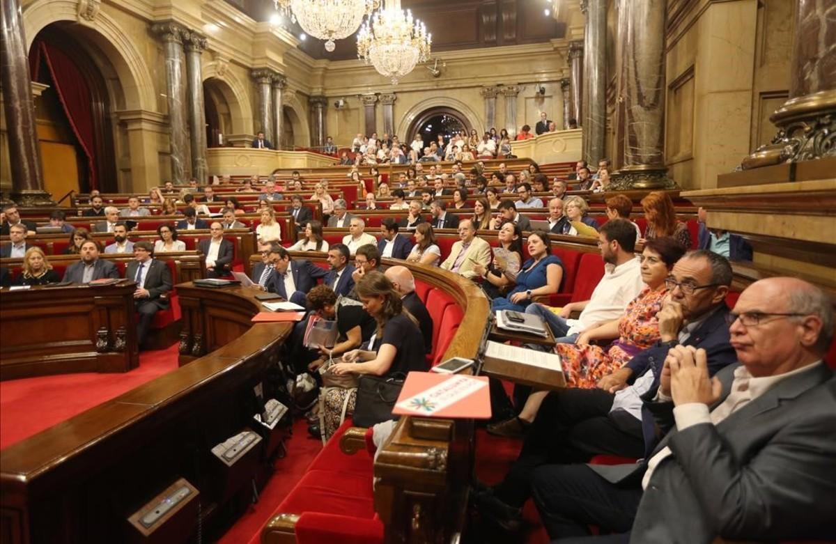 El Parlament desafía al Constitucional en un clima de tensión