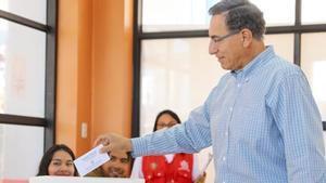 El presidente peruano, Martín Vizcarra, en el momento de depositar su voto en las legislativas.