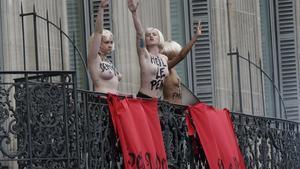 Activistes de Femen fan la salutació nazi davant el lloc on Marine Le Pen feia un discurs, aquest divendres a París.