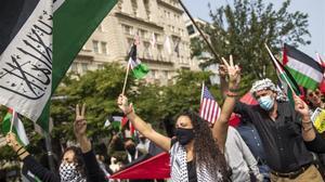 Protesta de activistas en Washington contra la firma de los acuerdos.