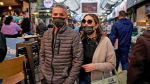 Israelís caminan por el mercado de Mahane Yehuda de Jerusalén, el pasado 18 de marzo.