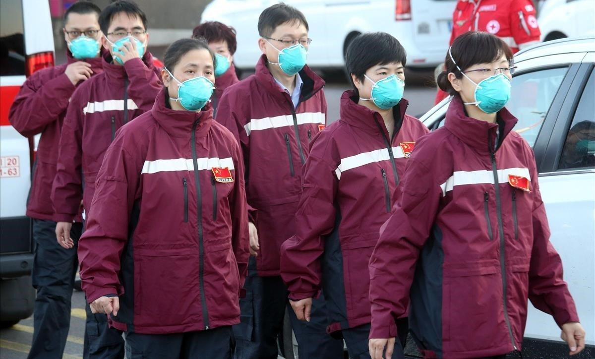 Un equipo de doctores chinos llega al aeropuerto de Milán para apoyar a las autoridades italianas en su lucha contra el coronavirus.