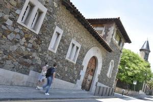 Fachada de la escuela concertada Canigó, en Barcelona.