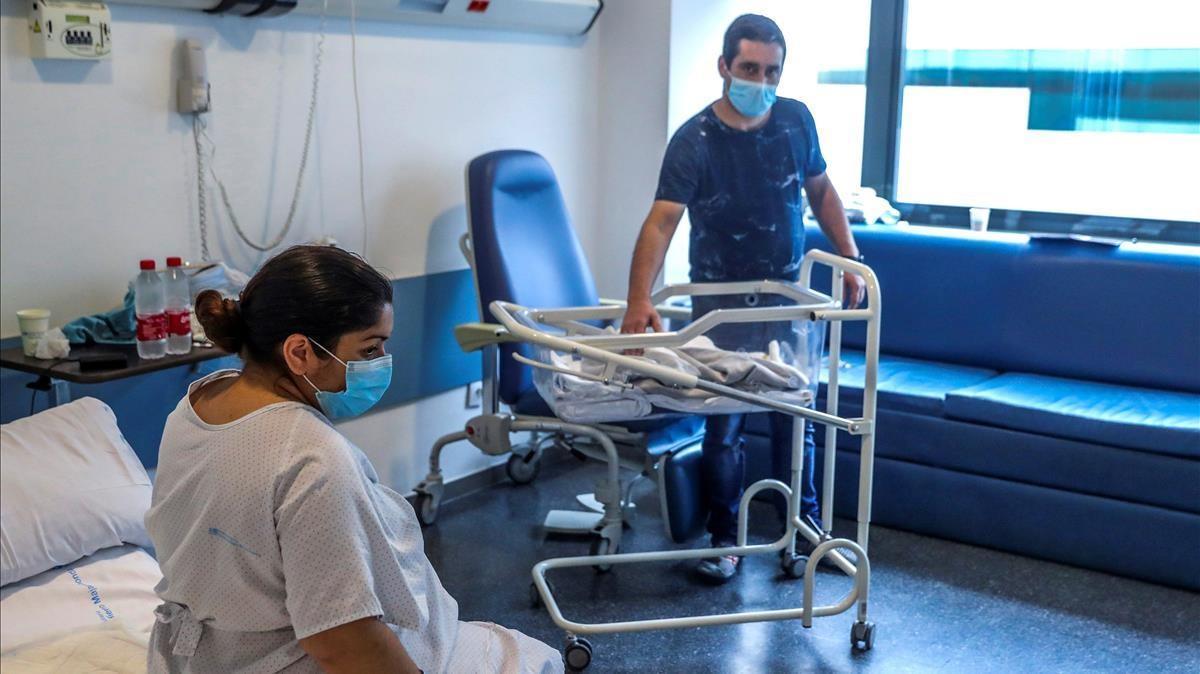 Una mujerpositivo en covid y su pareja, junto a su bebé recién nacido, en el Hospital Puerta de Hierro en Majadahonda, el pasado abril.