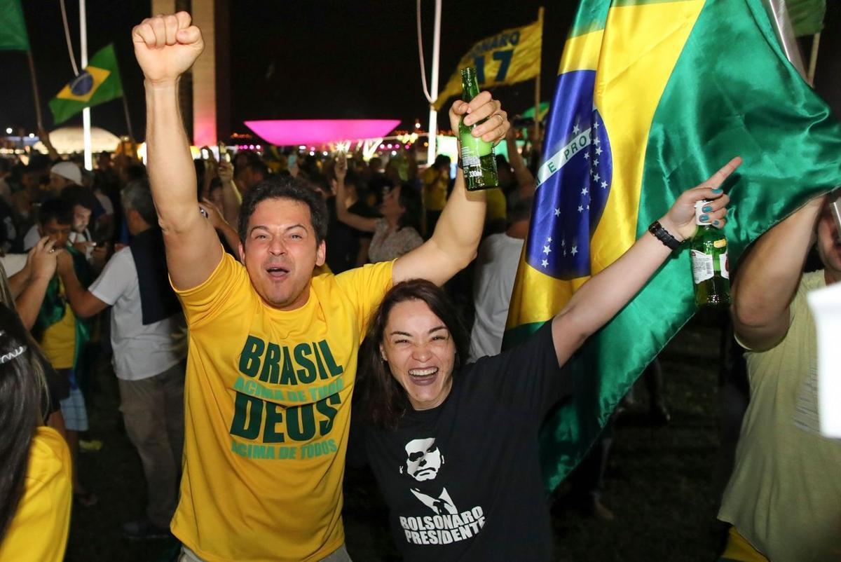 Con camisetas verdes y amarillas y banderas de Brasil, los seguidores celebran el triunfo de Bolsonaro.