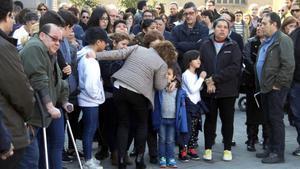 La alcaldesa de Santa Perpètua de Mogoda,Isabel García,consuela a los hijosLeydi,madre de cinco niños, acuchillada el pasado febrero.