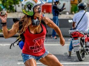 Caterina Ciarcelluti se ha convertido en la 'Wonder Woman' de lasprotestas de Venezuela.