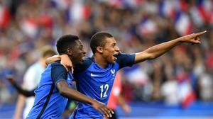 Dembélé (izquierda) y Mbappé celebran un gol con la selección de Francia, el pasado día 13 contra Inglaterra.