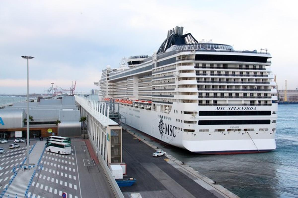 El 'Splendia' de MSC Cruceros, atracado en el puerto de Barcelona.
