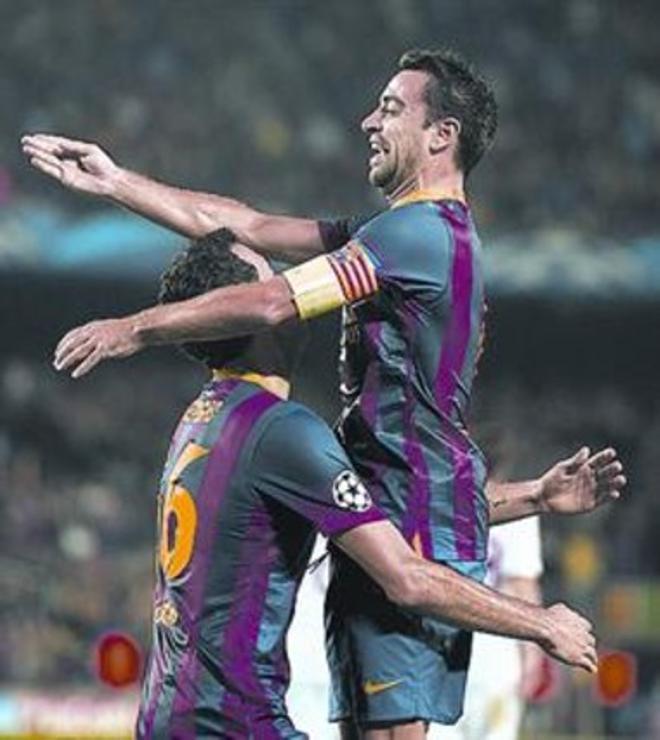 Busquets es felicitado por Xavi tras marcar, ayer.