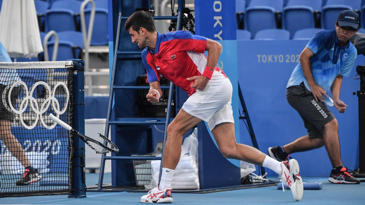 Novak Djokovic rompiendo al raqueta.