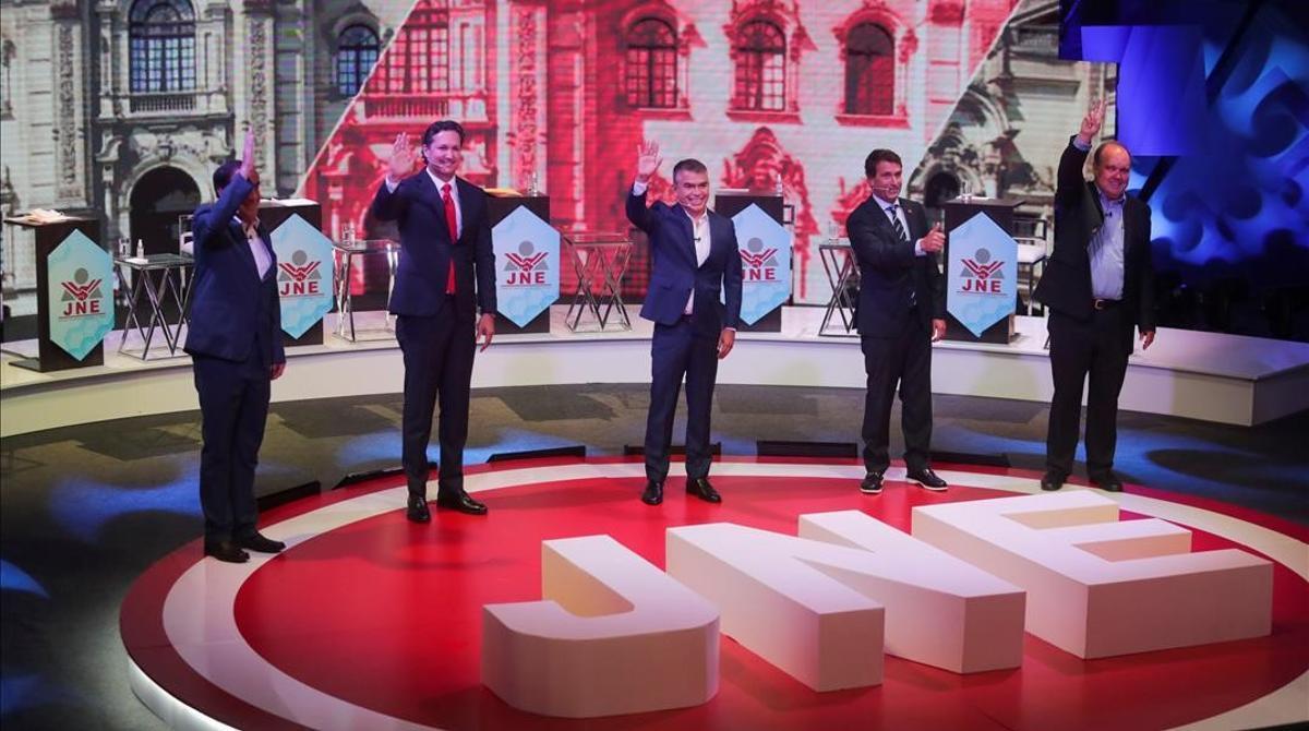 Los principales cinco candidatos en las elecciones de Perú, en un debate en Lima.
