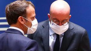 Charles Michel (derecha) conversa con Emmanuel Macron, este sábado en Bruselas.