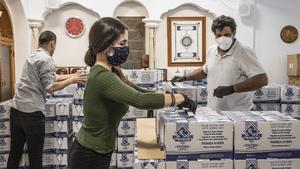 Voluntarios de una mezquita de València revisan una carga de alimentos que posteriormente se repartirán entre familias desfavorecidas durante el Ramadán, el pasado 4 de mayo.