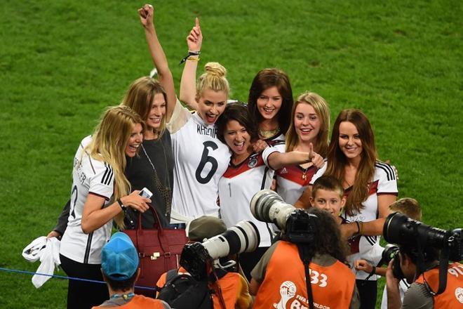 Les dones dels jugadors de la selecció alemanya, vestides amb la samarreta, celebren el triomf a l'estadi de Maracaná.