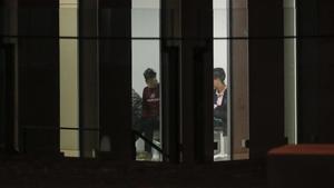 Jóvenes migrantes, en las dependencias de la Fiscalía de Menores de la Ciutat de Justícia.
