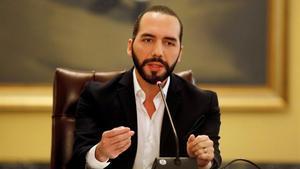 El president del Salvador ordena el cessament d'alts càrrecs per Twitter