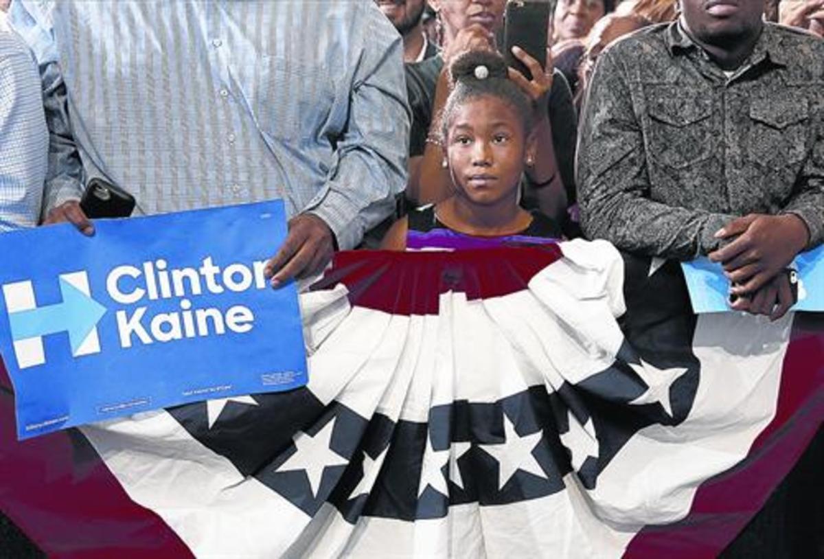 Una niña escucha un discurso deObama durante un acto demócratade la pasada semana en Miami.