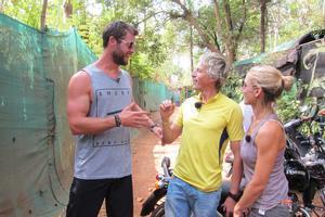 Jesús Calleja, junto a la actriz Elsa Pataky y su marido Chris Hemsworth.