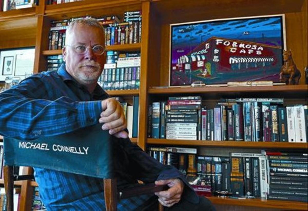 El escritor Michael Connelly, en el estudio de su casa de Tampa (Florida).