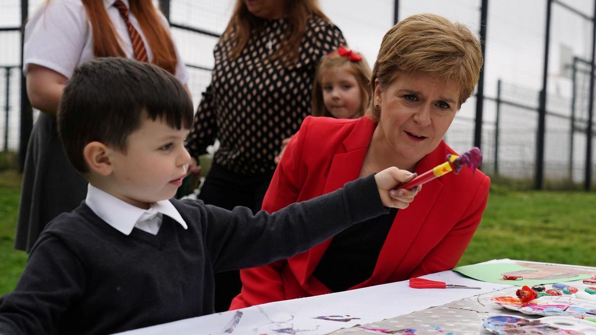 La primera ministra escocesa Nicola Sturgeon en us visita a Glasgow