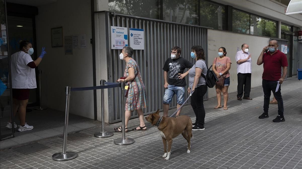Cola para entrar en el CAP Sant Martí de Provençals, en Barcelona, el pasado 17 de septiembre.