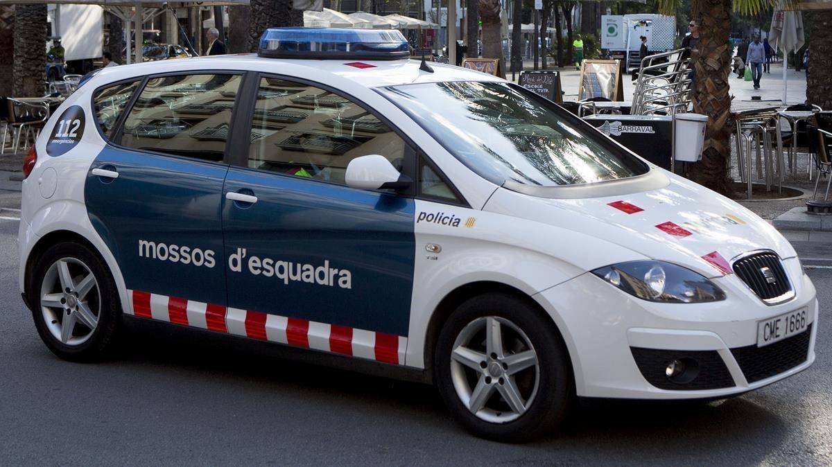 Un coche de los Mossos d'Esquadra patrullando por el centro de Barcelona, en una foto de archivo