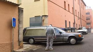Traslado de un fallecido en la residencia Sant Hospital de Tremp, el uno de diciembre.