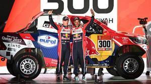 El actual campeón,el catarí Nasser Al-Attiyah, con su copiloto Matthieu Baumel, en la salida de hoy del Dakar.